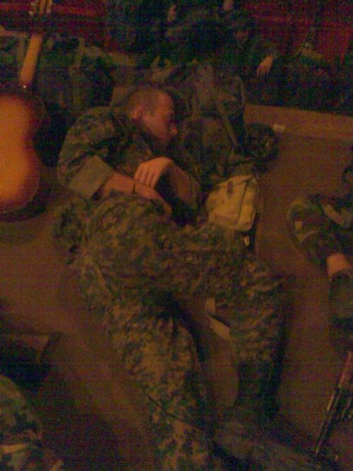 მძინარე ჯარისკაცები და გიტარა